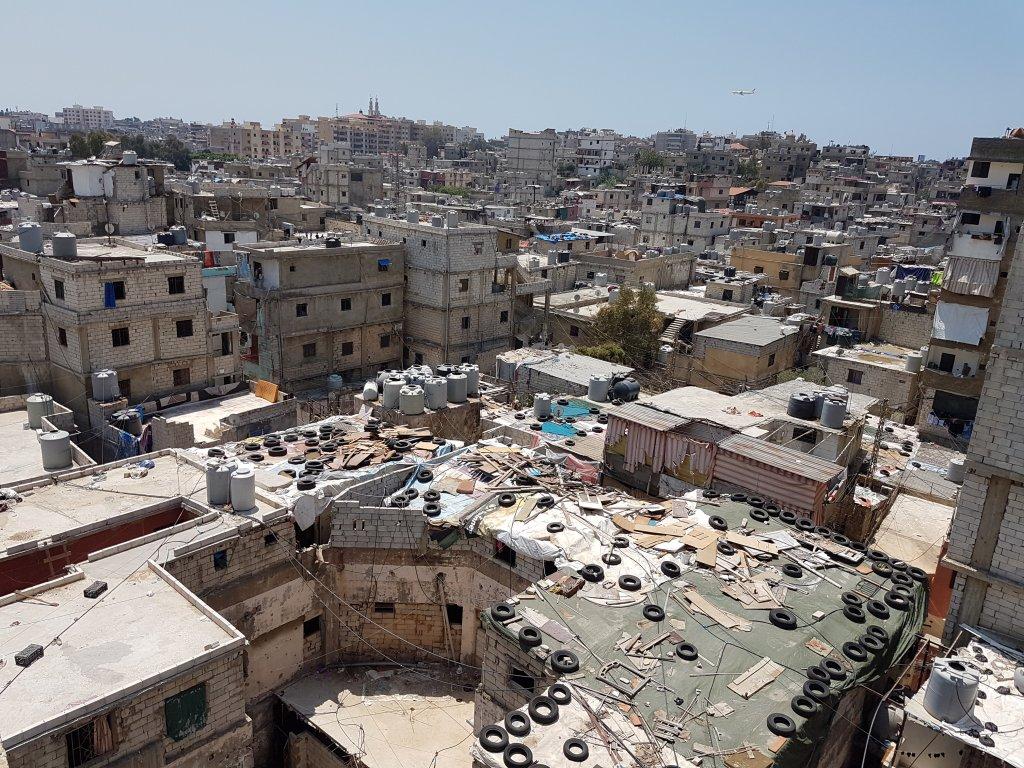 وفقا للعديد من المنظمات الإنسانية العاملة في مخيم شاتيلا، يستضيف المخيم نحو 9 آلاف لاجئ من سوريا إضافة إلى 11 ألف لاجئ من سكانه الأصليين في مساحة لا تتعد 2 كلم مربع. تصوير: شريف بيبي