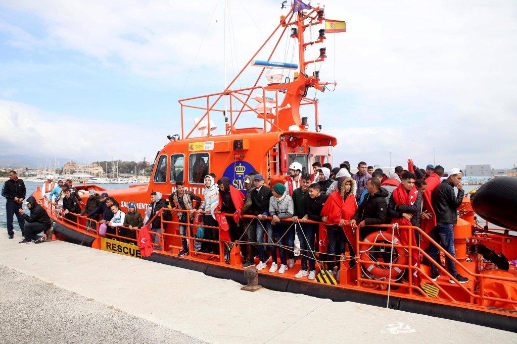 """ansa / مغاربة يصلون إلى الميناء بعد إنقاذهم في مدينتي الجزيرة الخضراء وقادس جنوب إسبانيا في 12 أيار/ مايو الماضي، حين أنقذت وحدة بحرية إسبانية 95 مغربيا في مضيق جبل طارق. المصدر: """"إي بي إيه""""/ كاراسكو راجيل"""