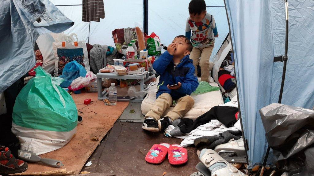 Plusieurs jeunes enfants vivent dans le camp de demandeurs dasile tibtains de Achres Photo  InfoMigrants