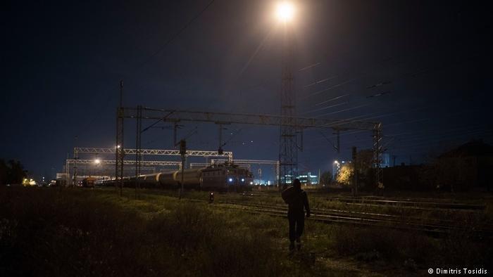 يسير مهاجر نحو قطار الشحن. وبعد لحظات سيحاول الاختباء في عربة مهجورة في محاولة لعبور الحدود الكرواتية والوصول في نهاية المطاف إلى بلد أوروبي آخر