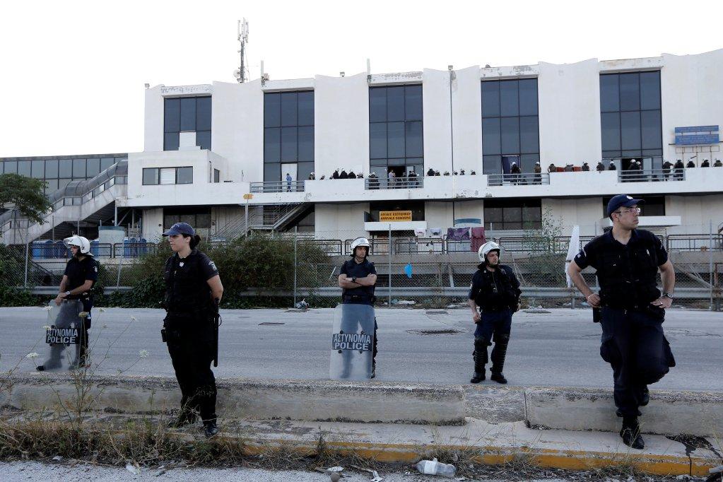 Image d'illustration de la police grecque qui évacue un camp de migrants. Crédit : Reuters