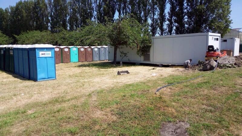 La préfecture du Nord a installé des douches, des sanitaires et des points d'eau près du campement de Grande-Synthe. Crédit : Solidarity border