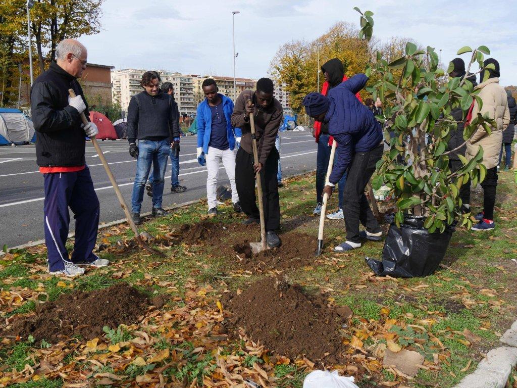 Creating the garden at the Baobab centre. Credit: Stefano Intreccialagli/ANSA