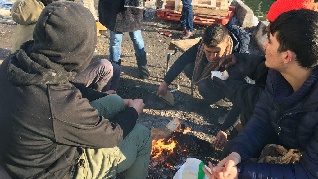 Des migrants se réchauffent autour d'un feu dans un campement du nord de Paris, lors de la vague de froid de février 2018. Crédits : InfoMigrants.