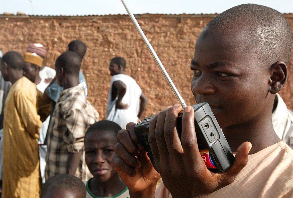 ANSA / متابعة الإذاعة في قرية كورامي / المصدر: إي بي إيه /  نيك بوثما