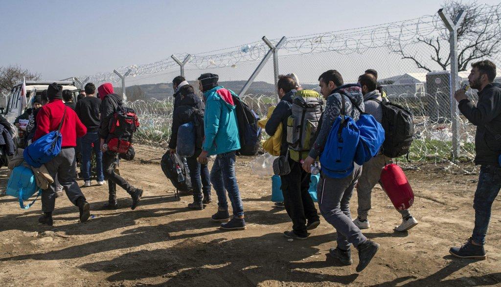 ansa / صورة من الأرشيف تظهر مجموعة من المهاجرين على خط الحدود بين مقدونيا واليونان قادمين من صربيا. المصدر: إي بي إيه