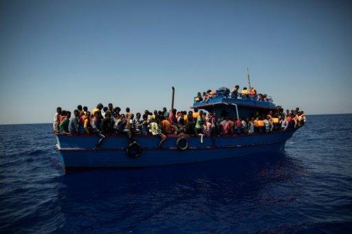 أ ف ب |مهاجرون ينتظرون أن يتم إنقاذهم في البحر المتوسط في 2 آب/أغسطس 2017.