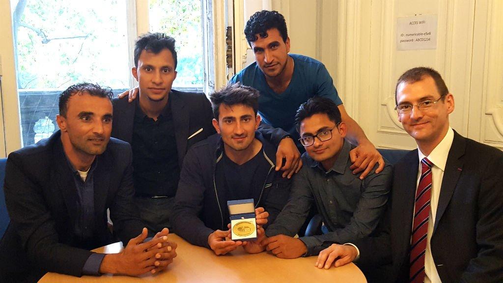 De gauche à droite : Javed, Samim, Saïd, Noorangha, Tazim et Jean-Christophe, le premier joueur français de l'équipe, fiers d'avoir gagné le Prix du citoyen européen. Crédit : Julia Dumont/InfoMigrants