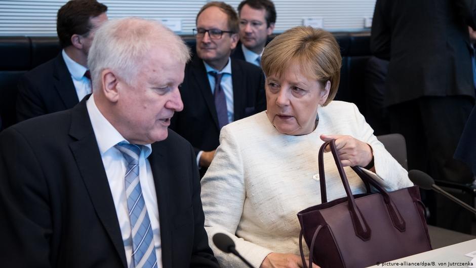 Chancellor Merkel and Interior Minister Horst Seehofer see eye-to-eye on refugee policy   Photo: Picture-alliance/dpa/B. von Jutrczenka