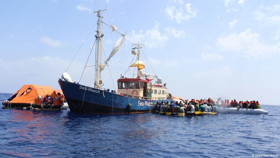 A photo from 2015: Refugees in rubber dinghies surround a Sea-Watch ship | Photo: 2015 Sea-Watch