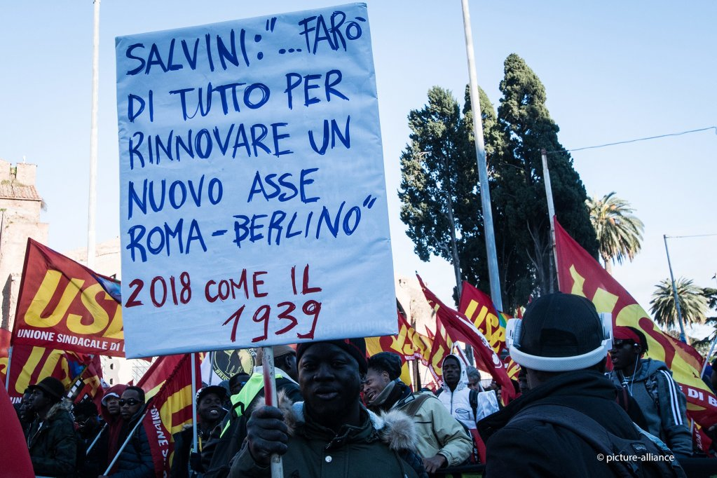 A migrant at a protest against the Salvini decree in Rome in December 2018 | Photo: picture alliance/NurPhoto