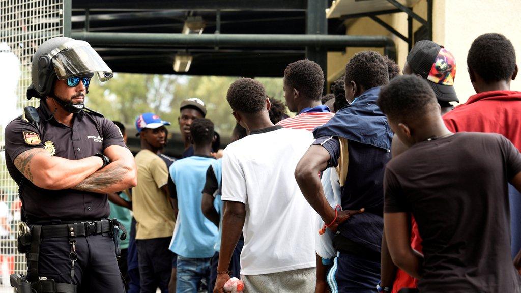 اعتقال 10 مهاجرين اقتحموا السياج الفاصل بين جيب سبتة والمغرب. رويترز