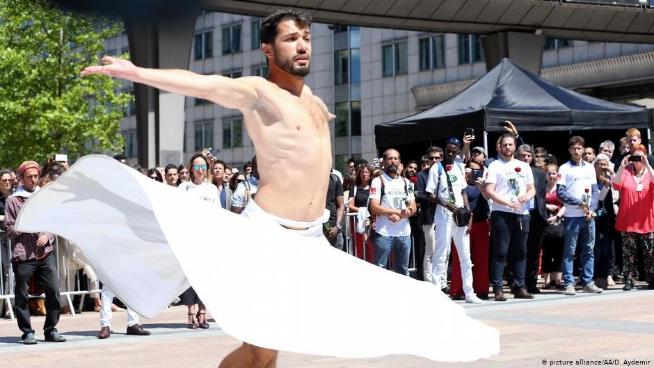 Joudeh dancing in front of the EU Parliament in Brussels as part of the 2018 World Refugee Day events | Photo: Picture-alliance/AA/D.Aydemir
