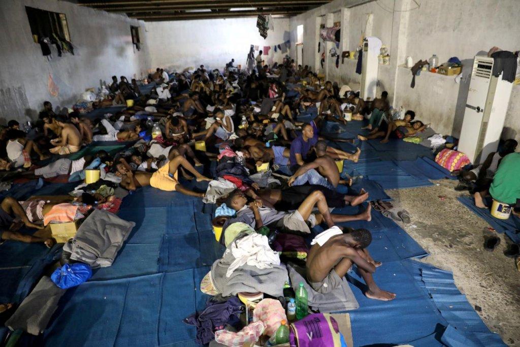 مهاجرون في مركز احتجاز في ليبيا/ رويترز