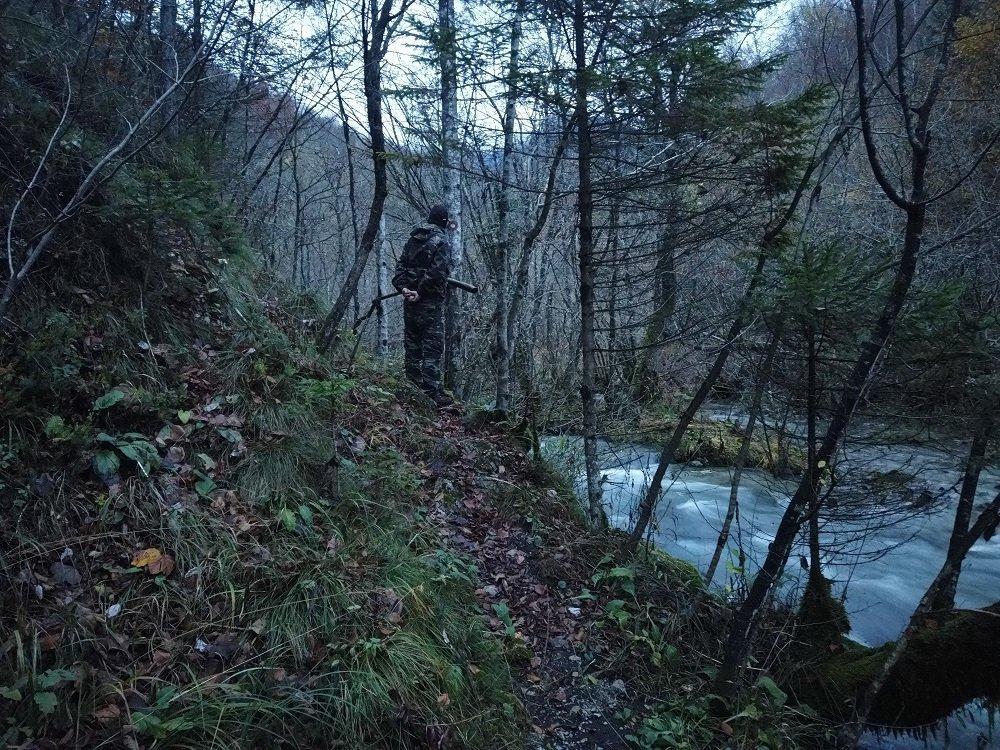 یک شبه نظامی راست افراطی در کنار دریای مرزی سلوانیا با کرواسیا. عکس از دانان البوز/ مهاجر نیوز