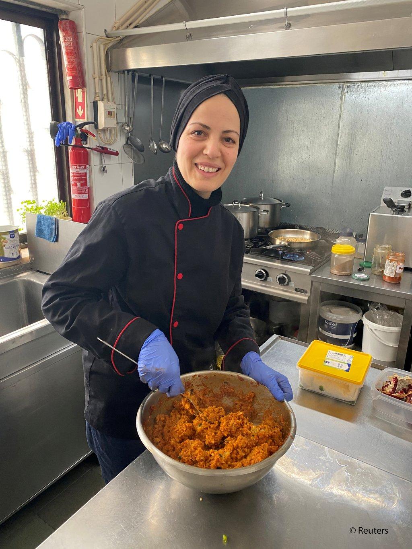 رامیا غوامیم در رستورانتش در لیسابون برای کارمندان صحی غذا می پزد. عکس: آلان غوامیم/رویترز