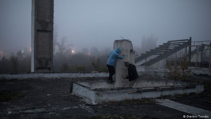 طالبو اللجوء الأفغان يقفون على سطح مصنع مهجور قديم في قرية شيد الصربية، والذي يعتبر مسكناً مؤقتاً، ويقضون وقتهم بالتخطيط لتحركاتهم المقبلة من أجل محاولة الوصول إلى إحدى البلدان في غرب أوروبا.