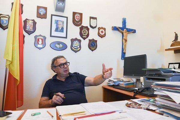 Salvatore Martello, maire  de Lampedusa, dans son bureau à la mairie. Crédit : Mehdi Chebil