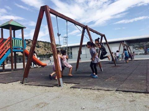 Des enfants jouent dans le camp de Skaramagas. Crédit : Charlotte Boitiaux