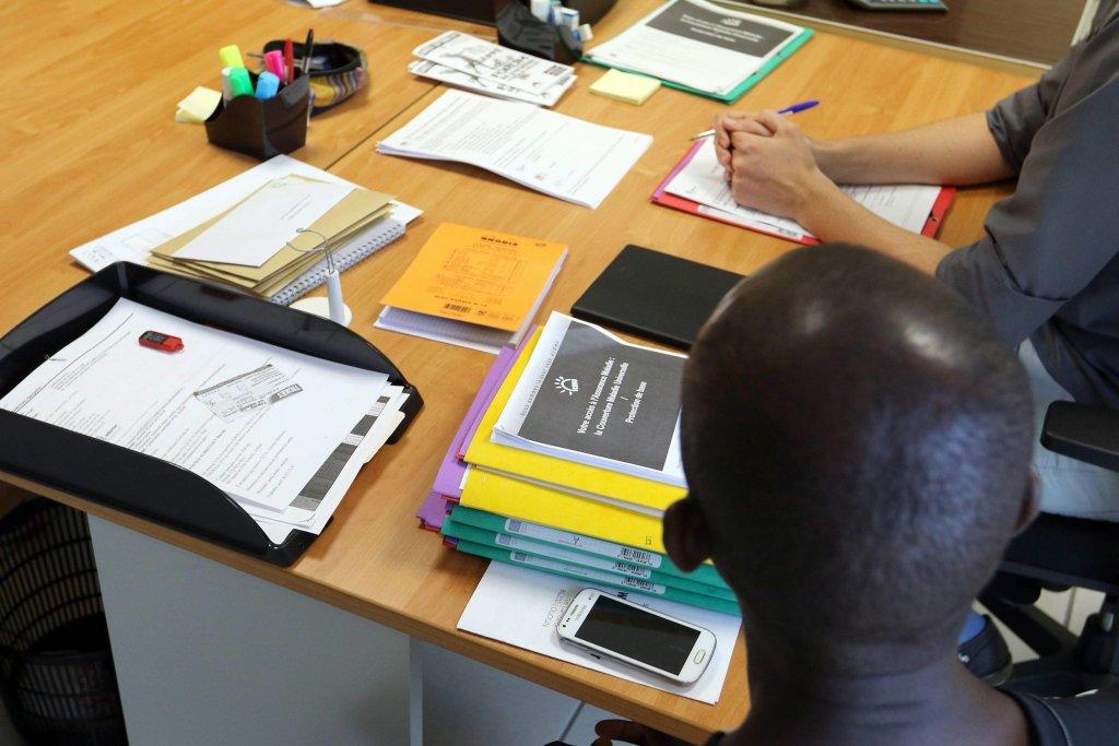 ansa / طالب لجوء في فرنسا ينتظر للحصول على معلومات في أحد مراكز الاستقبال. أرشيف/ إي بي إيه