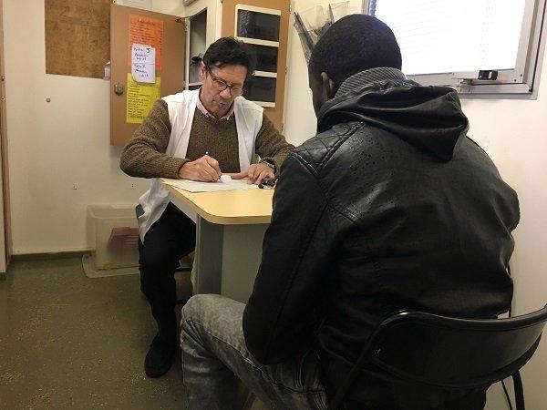 Alain le mdecin de MSF face  Sissoko un Malien de 31 ans Crdit  InfoMigrants