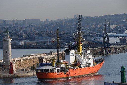 Boris HORVAT / AFP |L'Aquarius avait dû revenir à quai au port de Marseille après que Gibraltar lui a retiré son pavillon.