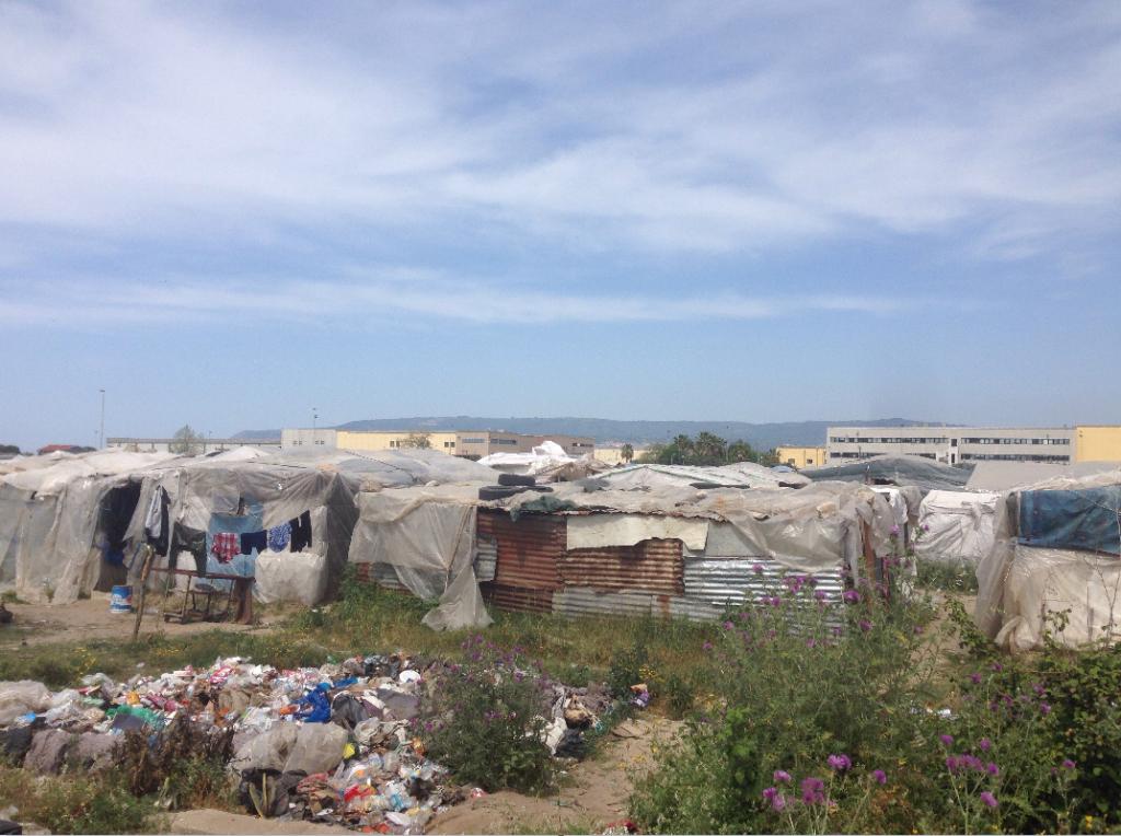 Entre 400 et 500 migrants vivent dans un camp informel, près de Rosarno, dans le sud de l'Italie. Crédit : Peter Manuel Finello