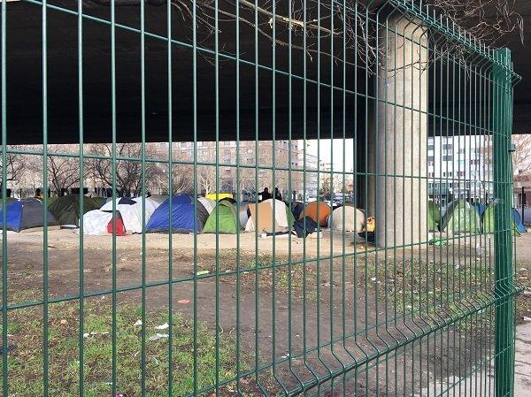 کمپ مهاجران در پورت دو لا ویلت در نزدیکی کلینیک سیار داکتران بدون مرز. عکس از مهاجر نیوز