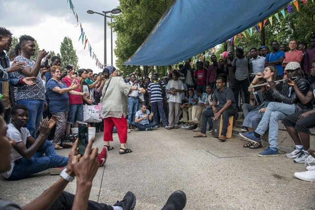 Ghandi Adams (à gauche) au Bal des migrants, à Paris, le 13 juillet. Crédit : Ghandi Adams