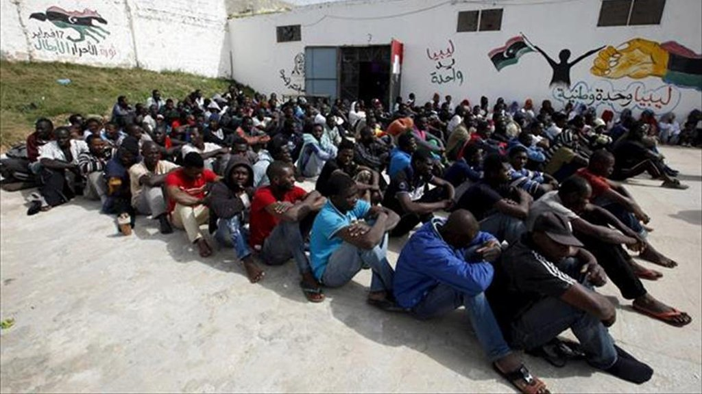 مهاجرون أفارقة في إحدى قواعد البحرية الليبية في طرابلس/رويترز