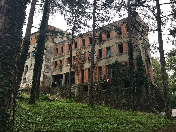 Borici used to be a student dorm but it has been abandoned for years. (Photo: InfoMigrants)