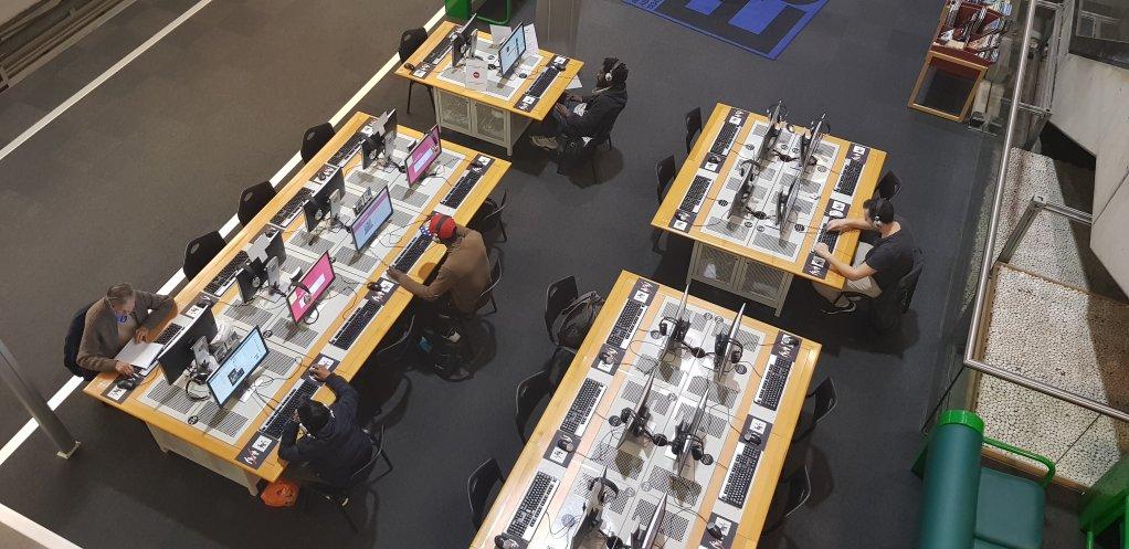 Les migrants qui se rendent chaque jour  la bibliothque de la Cit des sciences sinstallent souvent  des ordinateurs pour leurs avancer sur leurs dmarches administratives Crdit  Anne-Diandra Louarn