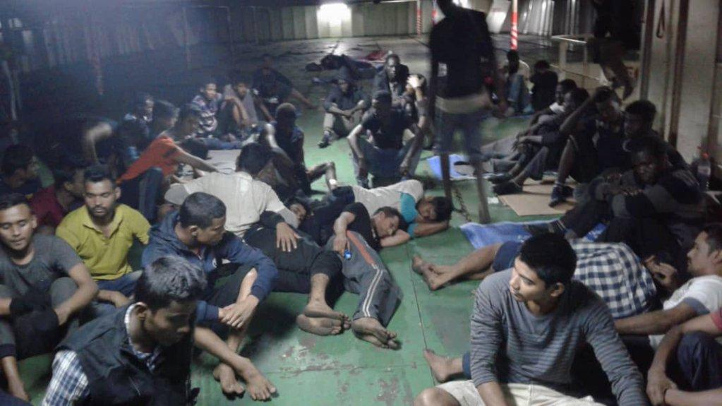 Près d'une centaine de migrants refusent de quitter un navire commercial à quai à Misrata. Crédit : DR