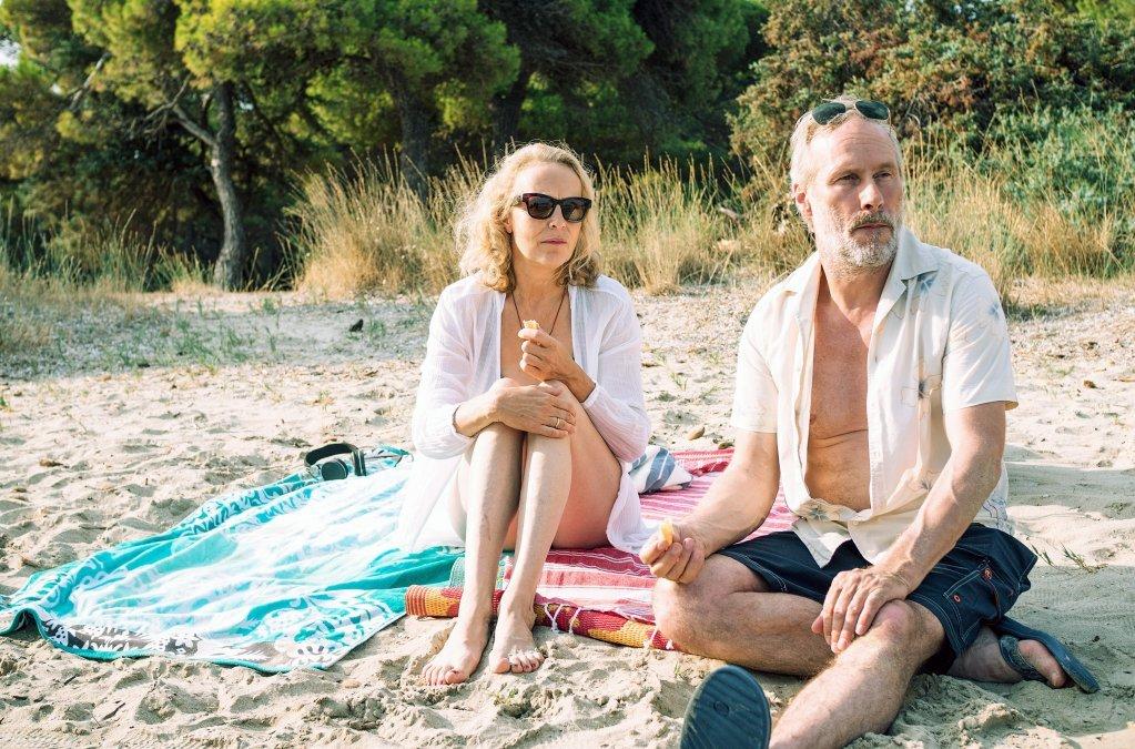 En pleines vacances en Grce la famille Hennings observe larrive de migrants sur la plage Plus tard en Allemagne ils dcideront daider un rfugi syrien  Crdit Capture dcran dArte production Eden  SWRPierre Meursaut