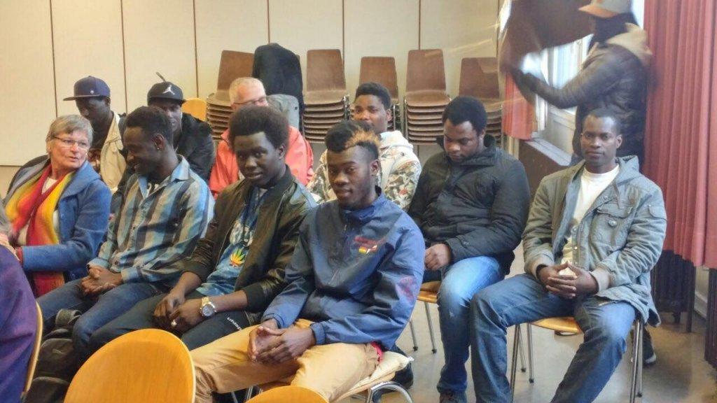 شباب من غامبيا في إحدى الفعاليات التي تقيمها جمعية SOS التي يديرها اللاجئ الغامبي يحيى