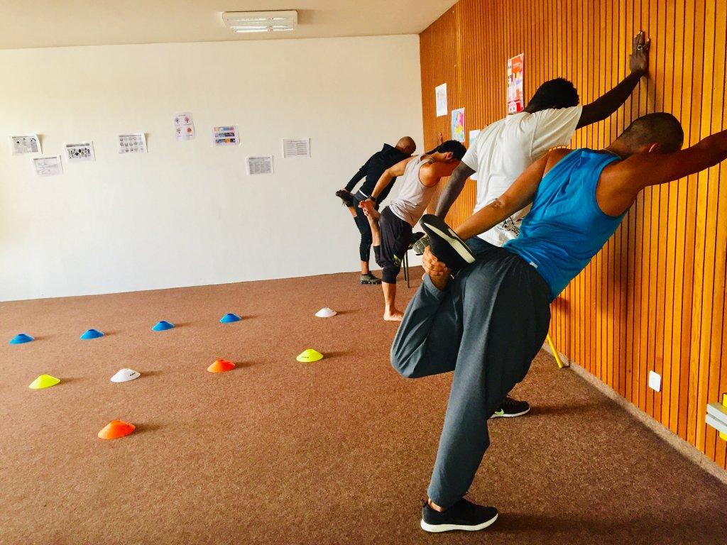 Les jeunes sportifs stirent  la fin de leur sance de sport avec le coach et prparateur physique Mohamed Barhoumi Crdits photo  Anne-Diandra LouarnInfoMigrants