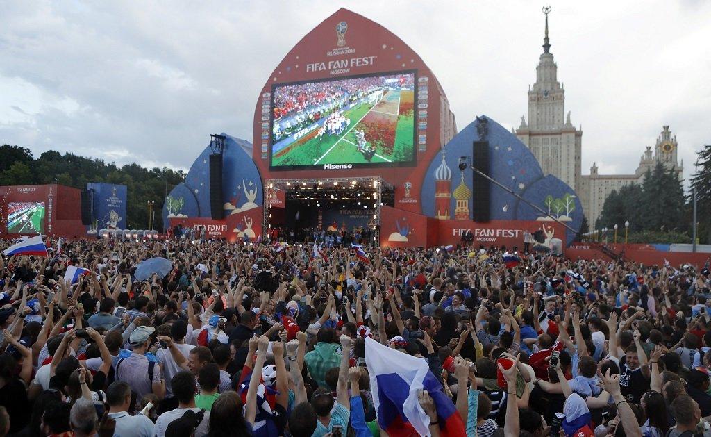 مقابلة على شاشة كبيرة في موسكو بمناسبة منافسات كأس العالم/ رويترز