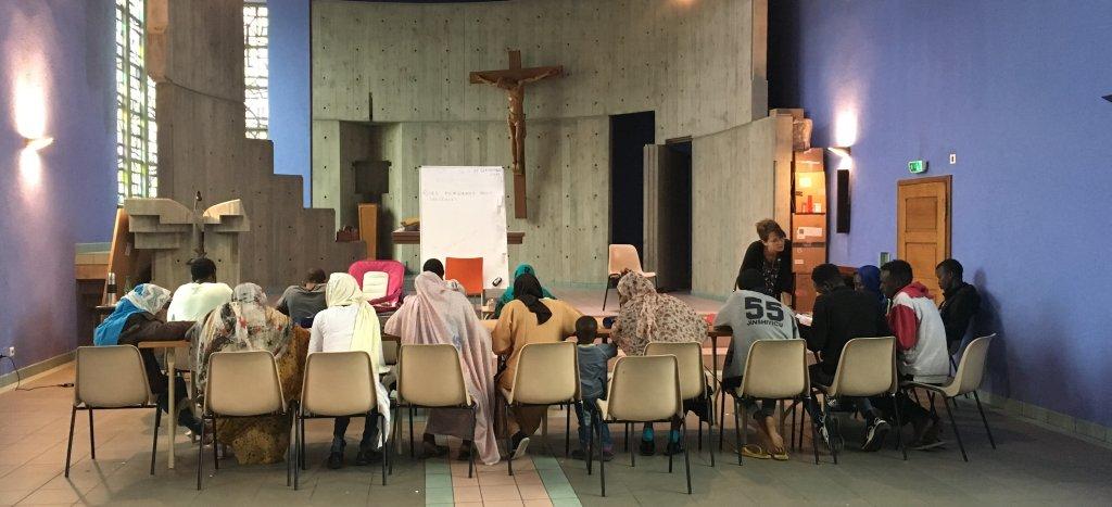 Les réfugiés apprennent le français dans une ancienne chapelle du couvent de Thal-Marmoutier, reconvertie en salle de classe. crédit : InfoMigrants