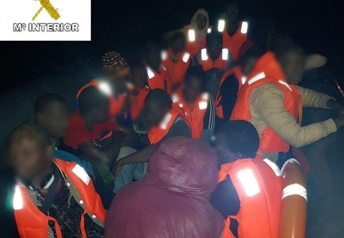 ansa / تظهر الصورة المهاجرين أثناء إنقاذهم أمام سواحل سبتة و مليلة