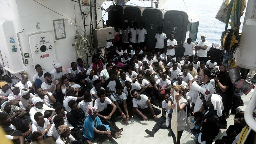 Karpov, SOS Méditerranée, AFP |Des membres de l'ONG SOS Méditerranée parlent à des migrants qu'ils ont secouru en pleine mer, le 11 juin 2018.