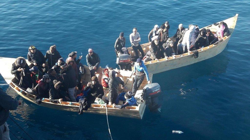 Ansa / أفراد الشرطة يعترضون سبيل المهاجرين في سردينيا. المصدر: أنسا/ مكتب ضباط الحرس المالي.