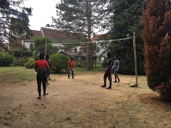 Des jeunes jouent au volley dans le jardin priv des surs franciscaines Crdit  InfoMigrants