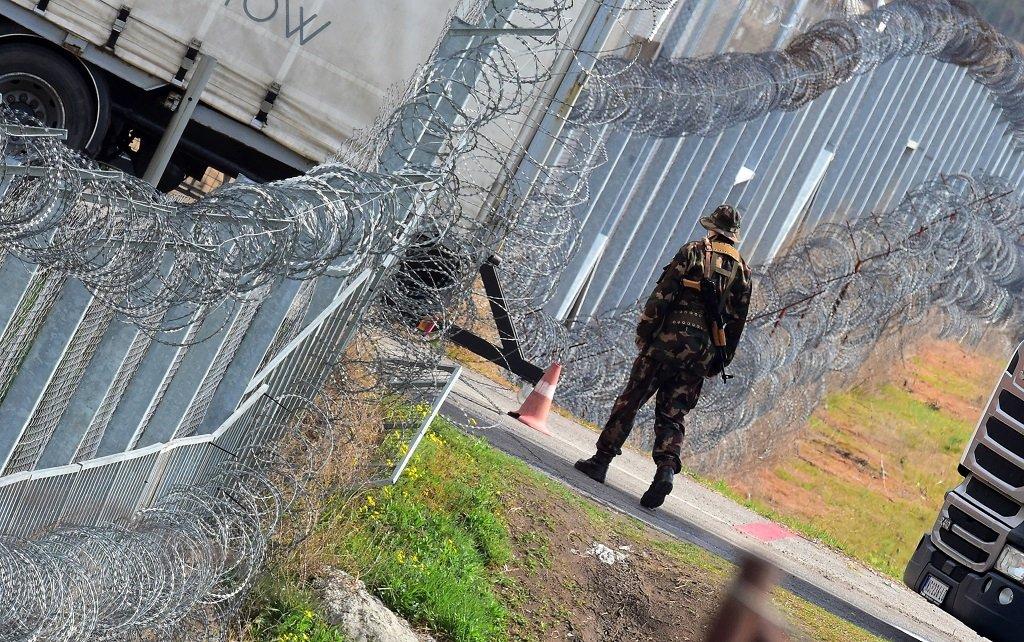 Attila Kisbenedek, AFP  |Un soldat hongrois patrouillant près de la frontière, le 6 avril 2017.
