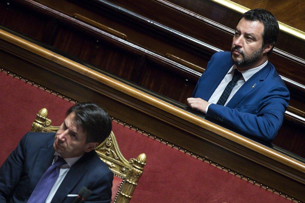 Ansa / رئيس الوزراء الإيطالي جوزيبي كونتي ووزير الداخلية ماتيو سالفاني أمام مجلس الشيوخ/ بعدسة: أنجيلو كاركوني.