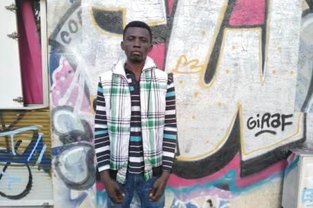 Alex, 27 ans, originaire du Nigeria fait partie des 20% de migrants anglophones du squat.