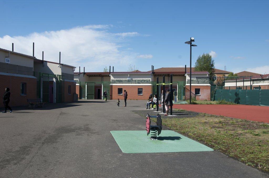 میدان بازی برای کودکان در بخش زنانه و خانوادهها در منیل-املو. عکس از مهئوا پوله/ مهاجر نیوز