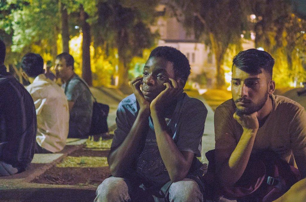 """دو برادر نایجریایی که در شهر آتن، در انتظار شبکه قاچاقبران به سر میبرند. Credit: Screenshot from Arte production """"Eden"""" © SWR/Pierre Meursaut"""
