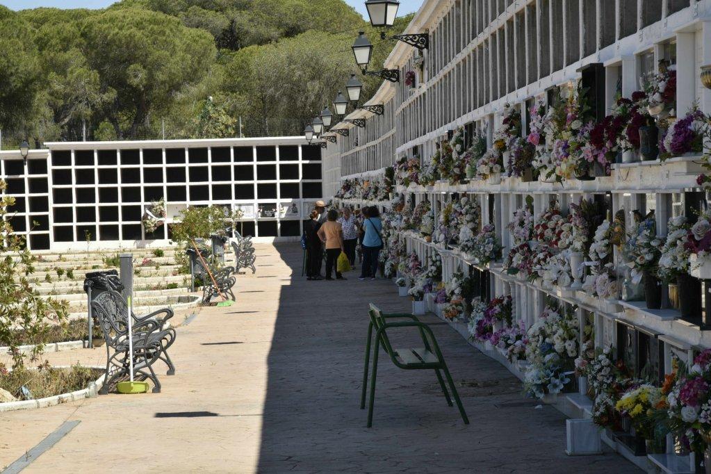 يقوم السكان بوضع الورود على القبور في مقبرة برباط. دافيد جورميزانو