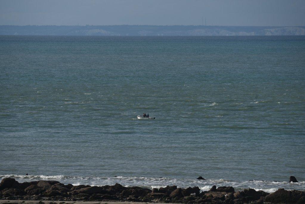 یک کشتی کوچک در آبهای ساحلی فرانسه، ۲ سپتمبر ۲۰۲. عکس از مهدی شبیل