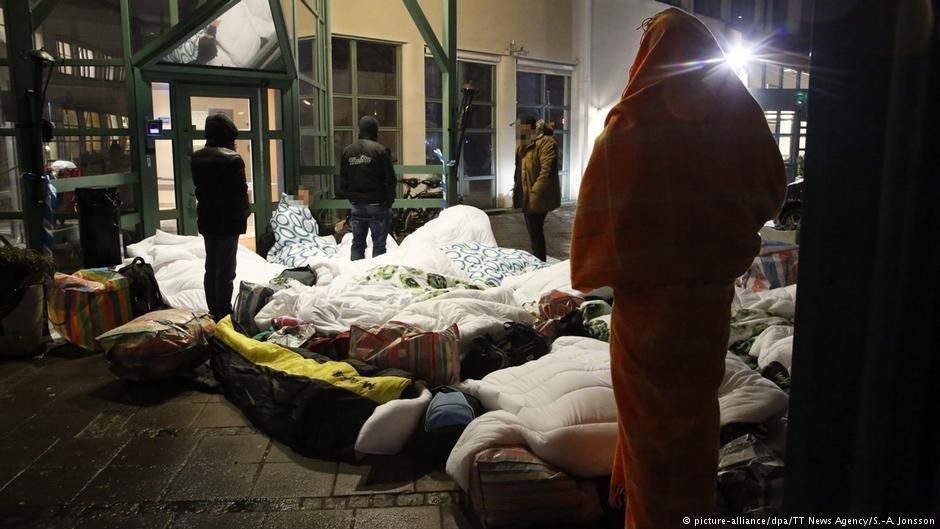 پناهجویان در سال ۲۰۱۶ در شهر مالمو در سویدن در بیرون از یک مرکز پذیرش مهاجران